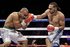 1418528454155_lc_galleryimage_keith_thurman_punches_leo